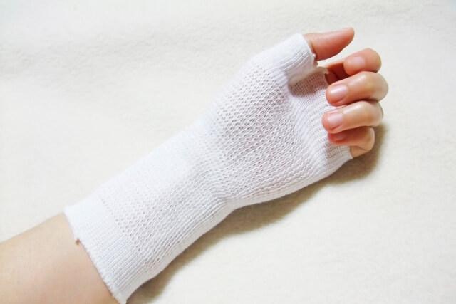 手の怪我など小さな人身事故でも弁護士特約は使える