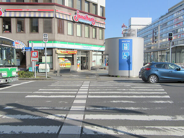左にドトールコーヒーショップ千葉駅東口店、目の前にはファミリーマート千葉駅東口店
